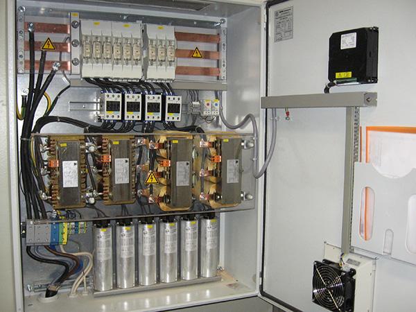 Jak zapojíte napájecí kondenzátor